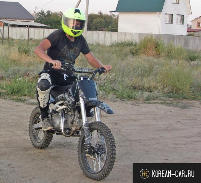 Пётр Волгоградский на мотоцикле класса ПИТбайк