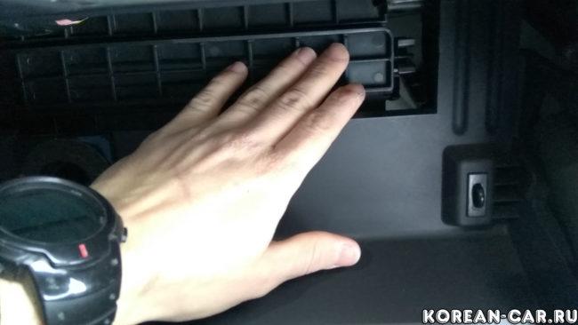Снятие заглушки салонного фильтра Хендай Солярис