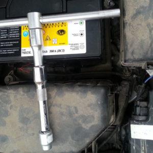 Специальный инструмент для снятия аккумулятора на Хендай