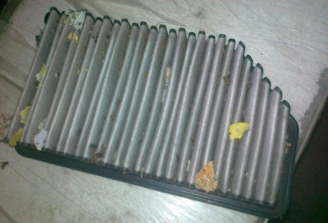 Старый воздушный фильтр на Хёндай Солярис