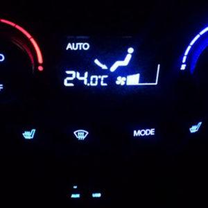Климат-контроль с включённой подсветкой на Хёндай Солярис
