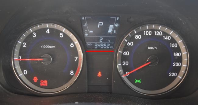 Одометр с указанием на 35000 километров пробега на Хёндай Солярис