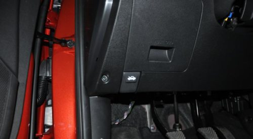 Кнопка привода открывания капота Хендай Солярис в салоне