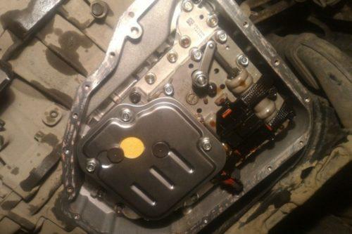 Фильтр масла в коробке автомат Хендай Солярис вид из под машины