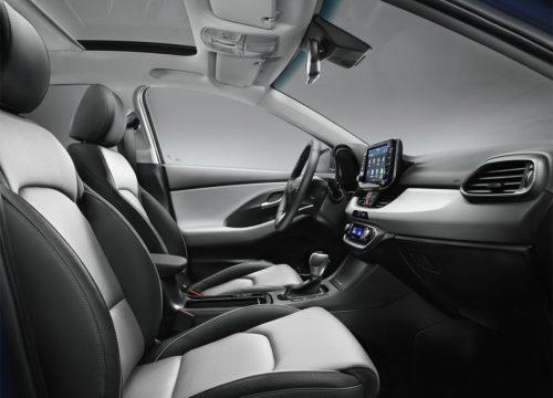 Водительское кресло и переднее кресло пассажира вид сбоку
