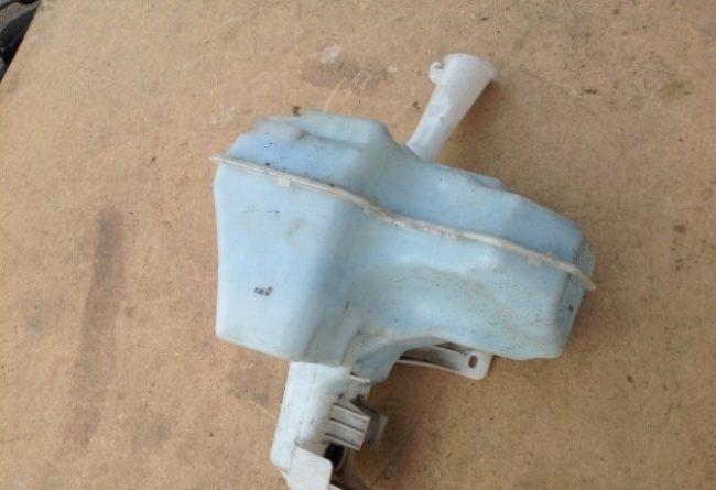 Старый пластиковый бачок омывающей жидкости Хёндай Солярис