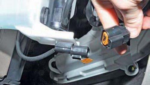 Демонтаж колодки датчика уровня омывающей жидкости Хендай Солярис