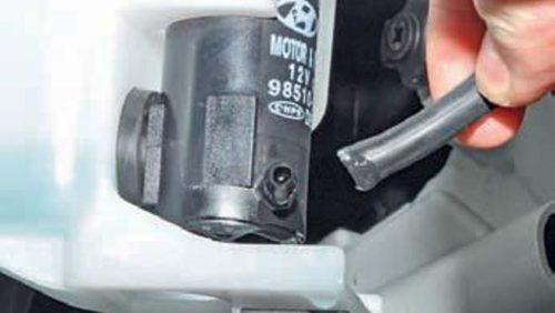 Демонтаж шланга со штуцера насоса омывателя Хендай Солярис