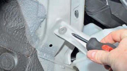 Крестообразной отвёрткой демонтируется верхнее крепление бачка омывающей жидкости стекла Хендай Солярис