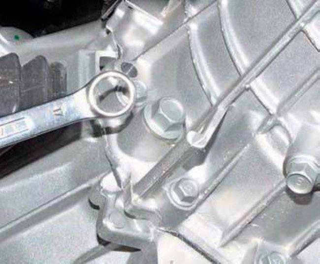 Пробка контрольного отверстия масла коробки передач Хендай Солярис вид на днище