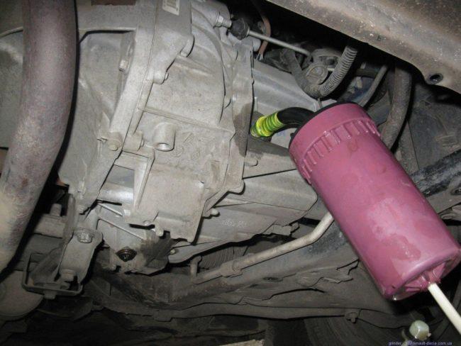 Процесс заливки масла заправочным шприцом в механическую коробку передач Хендай Солярис через отверстие контроля масла