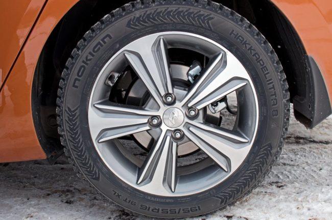 !6-дюймовый литой диск на заднем колесе седана Хёндай Солярис 2019 года выпуска
