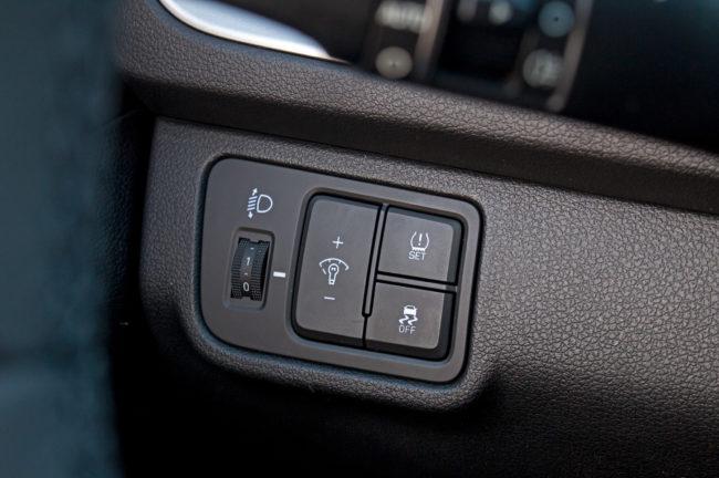 Кнопки управления системой контроля давления воздуха в шинах автомобиля Хёндай Солярис 2019 года