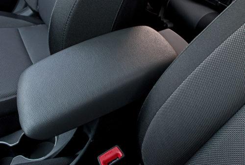 Удобный подлокотник в салоне автомобиля Хёндай Солярис 2019 модельного года