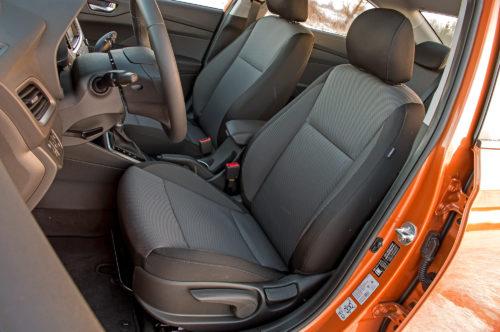 Тканевая обивка на передних сидениях в корейском автомобиле Хёндай Солярис 2019 года