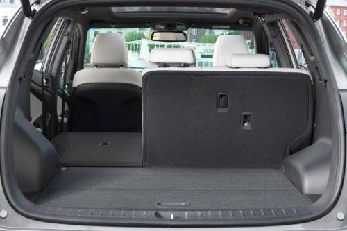 Откинутая спинка заднего сидения в автомобиле Хёндай Туссан 2019 года