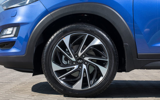 Литой диск на переднем колесе новой модели Хёндай Туссан в более дорогой комплектации синий цвет кузова