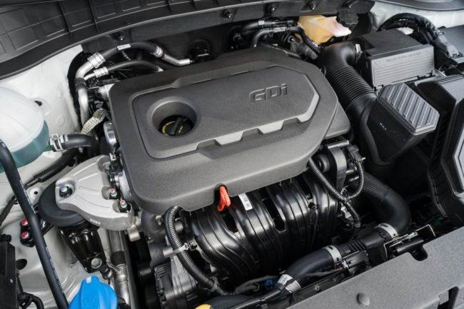 Бензиновый двигатель под открытым капотом автомобиля Хёндай Туссан