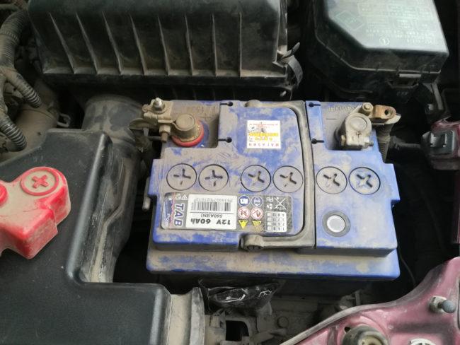 Старый разряженный аккумулятор в моторном отсеке Хёндай Акцент