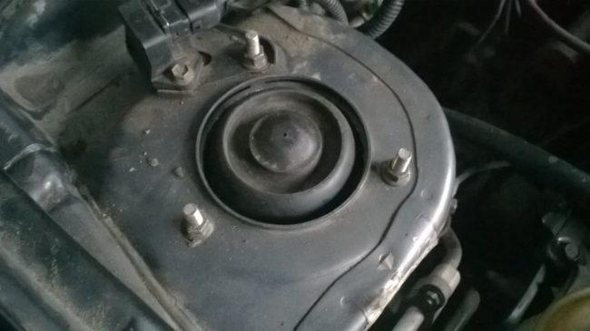 Крепление передней опоры стойки с резиновыми вставками в моторном отсеке Хёндай Акцент