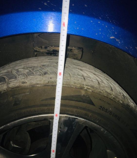 Измерение клиренса на седане Хёндай Акцент после установки вазовских вставок под передние стойки