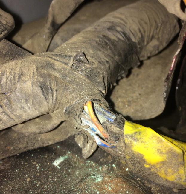 Перетирание провода насоса омывателя лобового стекла на автомобиле Хёндай Акцент