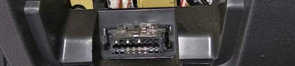 Диагностический разъём Hyundai I30 в блоке салона