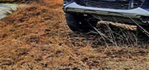 Калина кросс спереди на берегу реки с высоким клиренсом