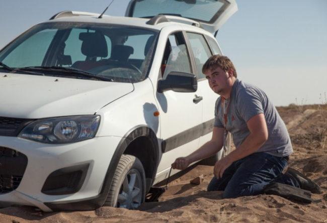 Застрявшая в песке Лада Калина Кросс 1-го поколения в белом кузове