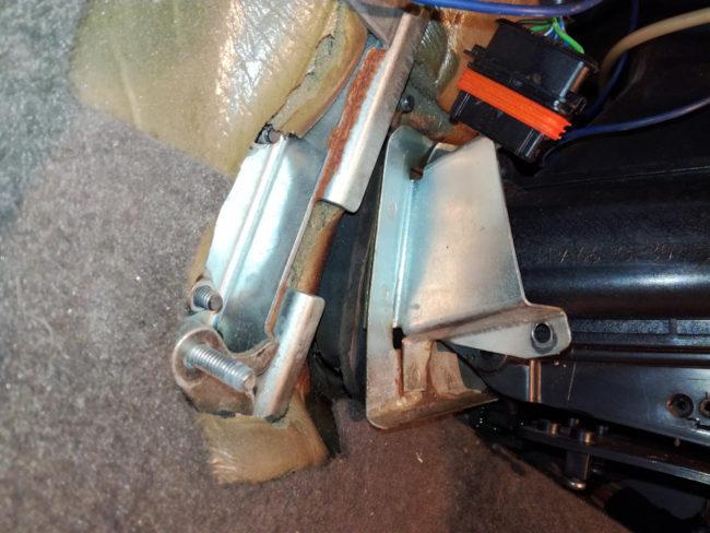 Металлический хомут на крышке радиатора отопления в салоне Лада Калина