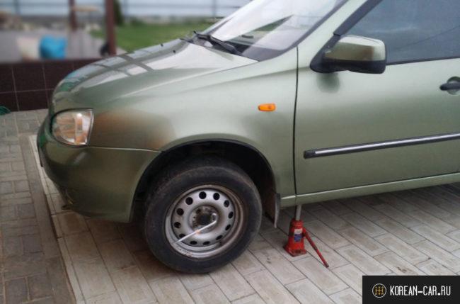 Лада Калина вывешена на домкрате переднее колесо
