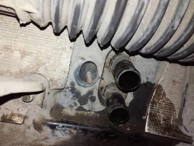 Патрубки печки отопителя под рулевой рейкой седана Лада Калина