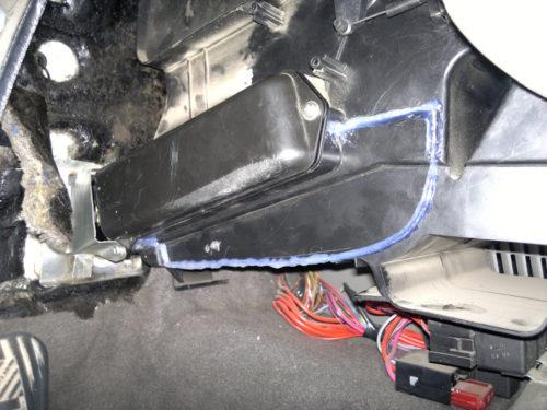 Припаянная крышка на кожухе радиатора отопления в салоне седана Лада Калина