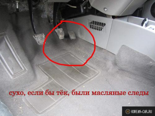 Место водителя без следов подтёков охлаждающей жидкости с радиатора отопителя автомобиль Лада Калина