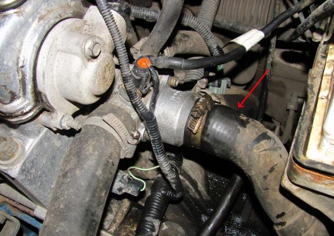 Шланги с охлаждающей жидкостью на термостате вазовского двигателя в Лада Калине