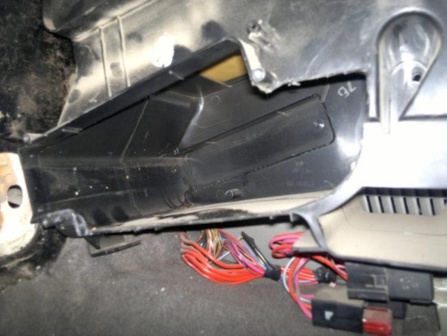 Пластиковый корпус отсека радиатора отопителя под панелью в Лада Калина