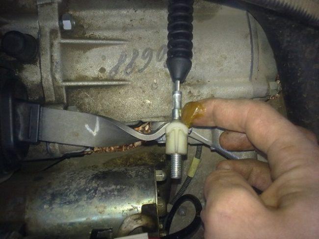 Смазка Литолом гайки троса сцепления на коробке передач автомобиля Лада Калина