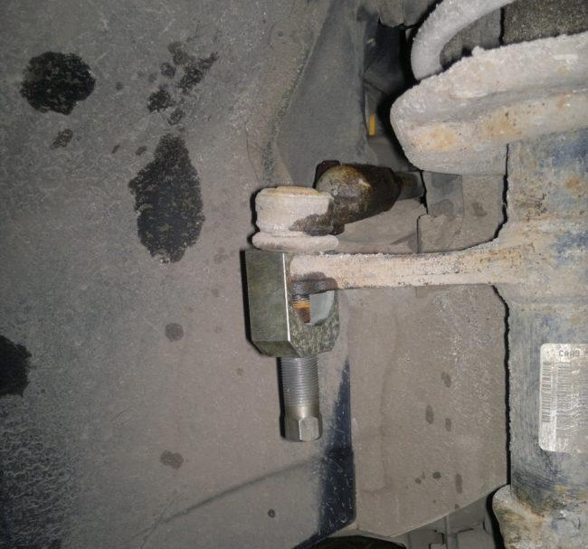 Специальный съемник на рулевом наконечнике в автомобиле Лада Калина