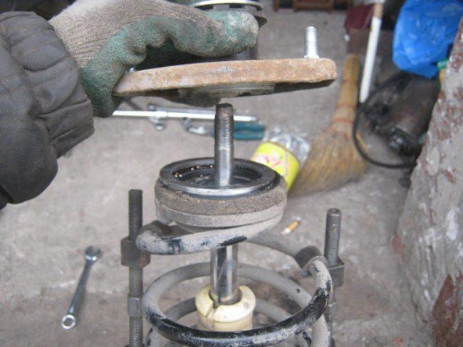 Демонтаж опоры с передней стойки автомобиля Лада Калина