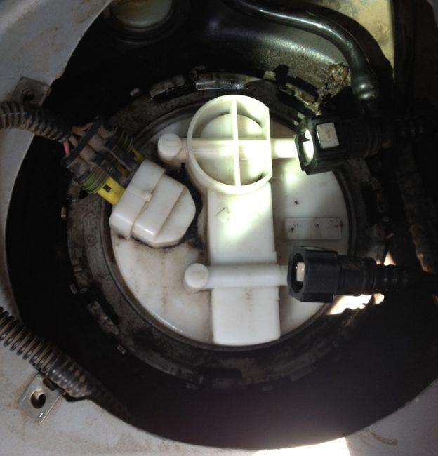 Снятые патрубки на бензонасосе 8-клапанной Лада Калине