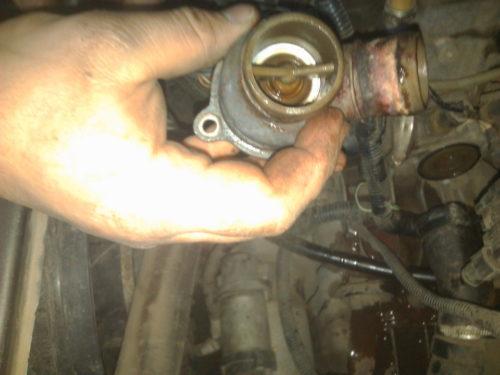 Снятый термостат с автомобиля Лада Калина российского производства