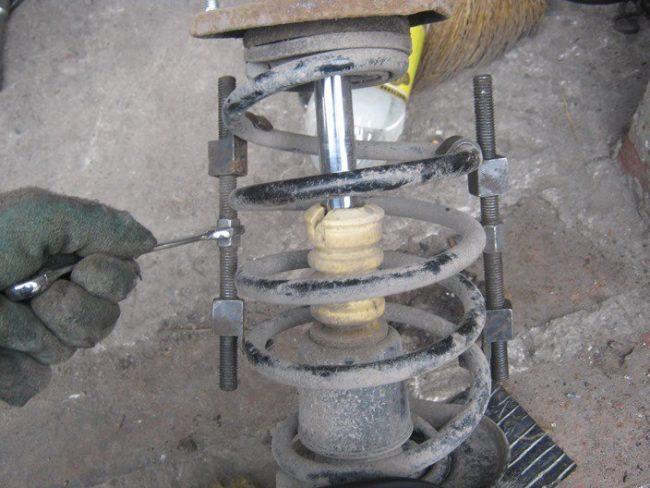 Установка стяжек на пружину передней стойки от седана Лада Калина