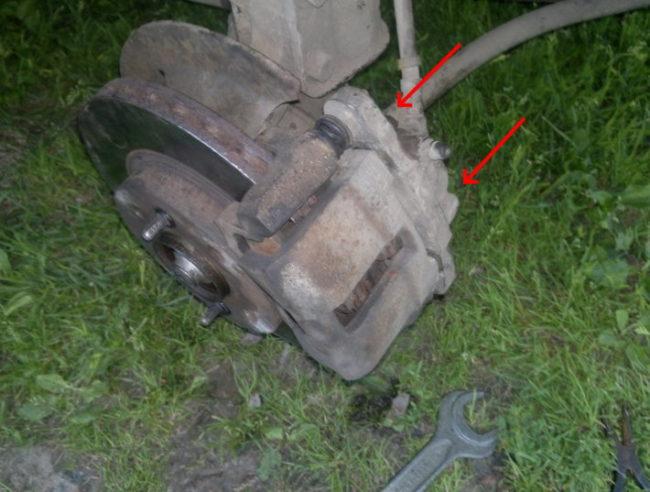 Тормозной суппорт переднего колеса на седане Лада Калина