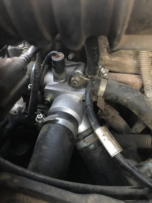 Новый термостат на блоке цилиндров двигателя в Калине Лада