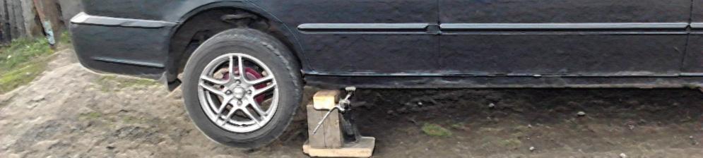 Хёндай Акцент с вывешенным задним колесом