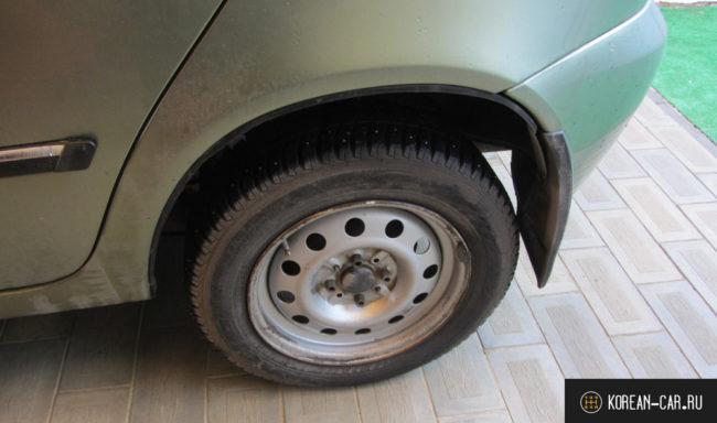 Заднее левое шипованное колесо на Лада Калина
