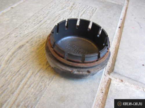 Защитный колпачок задней ступицы демонтирован