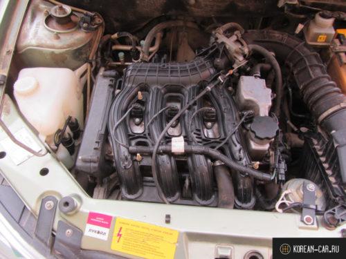 Двигатель 16 клапанов без крышки под капотом Лада Калина комплектация ЛЮКС