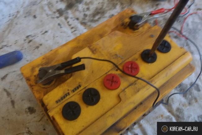 Демонтаж пробок для выхода газов при зарядке аккумулятора 55 А/ч