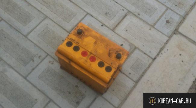 Демонтированный аккумулятор с автомобиля